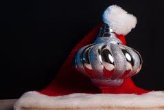 Chapeau de Santa près des jouets de Noël Photo libre de droits