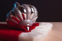 Chapeau de Santa près des jouets de Noël Photographie stock libre de droits