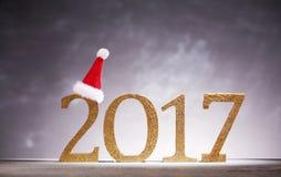 Chapeau de Santa sur des nombres de la nouvelle année 2017 Photo stock
