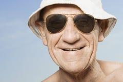 Chapeau de soleil de port et lunettes de soleil d'homme supérieur Photographie stock libre de droits