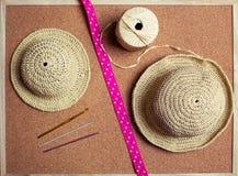 Chapeau de soleil de raphia de crochet Photographie stock libre de droits