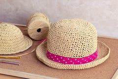 Chapeau de soleil de raphia de crochet Photographie stock