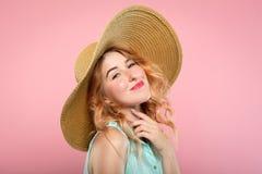 Chapeau de soleil enthousiasmé heureux de sourire de lancement de fille d'émotion image libre de droits