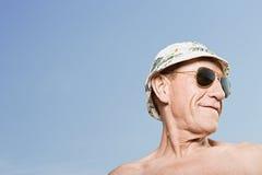 Chapeau de soleil et lunettes de soleil de port d'homme Image stock