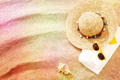 Chapeau de soleil et lunettes de soleil sur une serviette de plage Images stock