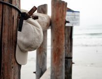 Chapeau de sports sur le pylône à la plage Photographie stock libre de droits