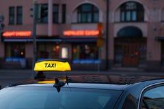 Chapeau de taxi sur un toit de voiture Photo stock