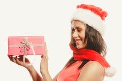 Chapeau du père noël de métis de fille avec le boîte-cadeau Photographie stock libre de droits