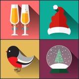 Chapeau du père noël inclus par paquet d'icône de nouvelle année, un verre de vin, bouvreuil et boule de neige Photos libres de droits