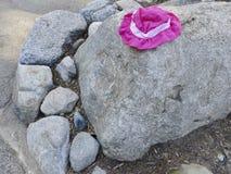 Chapeau du ` s d'enfant placé sur des roches Images stock