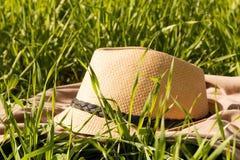 Chapeau du soleil de paille dans l'herbe Photographie stock
