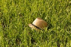 Chapeau du soleil de paille dans l'herbe Photo stock