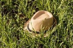 Chapeau du soleil de paille dans l'herbe Photo libre de droits