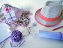 Chapeau, embrouillement pourpre d'une corde d'emballage, coeurs de papier rose, un carnet et une carte postale au jour de la mère image libre de droits