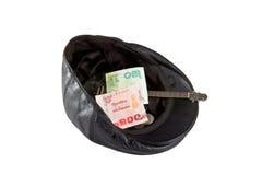 Chapeau en cuir noir avec l'argent donné, d'isolement sur le blanc image stock