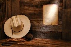 Chapeau et corde de cowboy occidentaux américains de rodéo dans la grange Image libre de droits