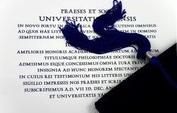 Chapeau et diplôme de graduation Images stock