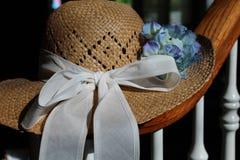 Chapeau et fleurs photo stock
