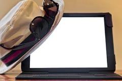 Chapeau et lunettes de soleil sur la Tablette de Digital Image libre de droits