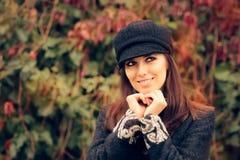 Chapeau et manteau d'Autumn Fashion Woman Wearing Trendy Images stock