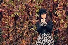 Chapeau et manteau d'Autumn Fashion Woman Wearing Trendy Photos stock
