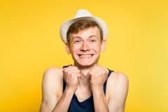 Chapeau feutré de sourire mignon enthousiaste heureux joyeux de jeune homme images libres de droits