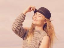 Chapeau feutré et pullover de port de femme extérieurs image libre de droits