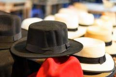 Chapeau froid et gris, peut-être le fond de blanc de chapeau de chapeau Image stock