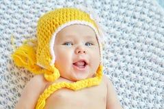 Chapeau jaune weared par bébé drôle Image stock