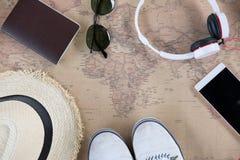 chapeau, lunettes, passeport, écouteur, espadrilles blanches et mobile Image stock