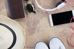 chapeau, lunettes, passeport, écouteur, espadrilles blanches et mobile Photo stock