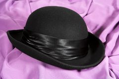 Chapeau noir sur un backgroun lilas Photographie stock