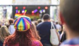 Chapeau plat de paillette d'arc-en-ciel de festival de la fierté LGBT Photo libre de droits
