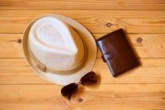 Chapeau, portefeuille et lunettes de soleil concept de relaxation ou de vacances photos libres de droits