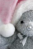 Chapeau rose de Santa sur l'ours de nounours Photographie stock libre de droits