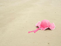 Chapeau rose sur la plage Photo libre de droits