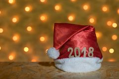 Chapeau rouge avec des chiffres de 2018 sur une table sur le fond d'un N Image stock