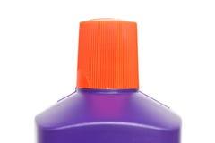 Chapeau rouge de bouteille en plastique d'isolement sur le fond blanc Photographie stock libre de droits