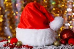 Chapeau rouge de Santa Claus sur le fond de lumières Image stock