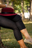 Chapeau rouge sur la jambe photo stock