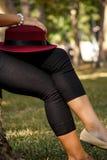 Chapeau rouge sur la jambe Photo stock