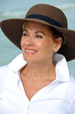 Chapeau s'usant d'été de femme attirant photo stock