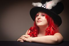 Chapeau s'usant d'oreille de lapin de femme d'une chevelure rouge attirante Photos stock