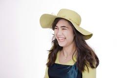 Chapeau s'usant de sourire de vert de limette de fille de l'adolescence photo libre de droits