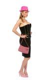Chapeau, sac à la mode et chaussures roses s'usants blonds regardant au Photo stock