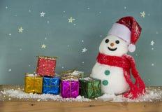 Chapeau Santa de bonhomme de neige et boîte-cadeau coloré Photo libre de droits
