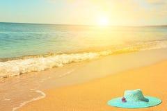 Chapeau sur la plage sur la plage Image stock
