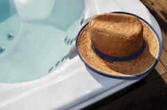 Chapeau sur le bord de la piscine de station thermale de bain images stock