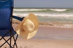 Chapeau sur une chaise de plage Image libre de droits