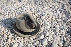 Chapeau sur une plage pebbled Photographie stock libre de droits